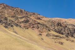 Montaña del chileno los Andes con las cuestas cubiertas con la arena de la erosión foto de archivo libre de regalías