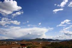 Montaña del cielo azul imagenes de archivo