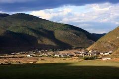 Montaña del cielo azul fotografía de archivo