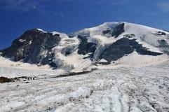 Montaña del glaciar y 3 escaladores Imagenes de archivo