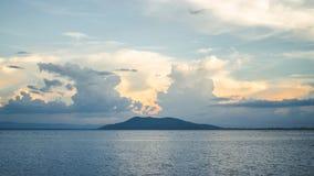 Montaña del paisaje durante tiempo de la puesta del sol de la laguna Foto de archivo