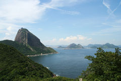 Montaña del pan de azúcar y bahía de Guanabara Foto de archivo