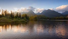 Montaña del panorama, lago Strbske Pleso en las montañas de Tatra Colores del verano, opinión de la puesta del sol Imagen de archivo