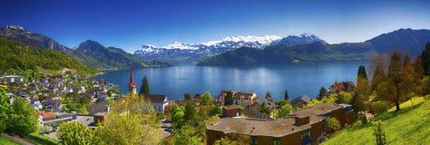 Montaña del pueblo Weggis, del lago Alfalfa, de Pilatus y montañas del suizo en el fondo cerca de la ciudad famosa de Alfalfa Fotos de archivo libres de regalías