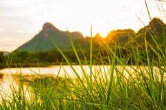 Montaña del río de la puesta del sol Foto de archivo libre de regalías