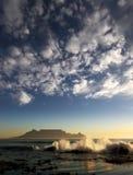 Montaña del vector con las nubes Imagen de archivo