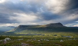 Montaña del vector de Tjahkelij en Suecia norteña Fotos de archivo