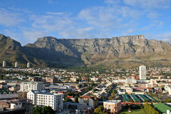 Montaña del vector en Ciudad del Cabo con la opinión de la ciudad Imagen de archivo libre de regalías