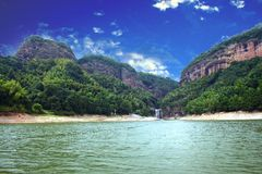 Montaña del verde del cielo azul Fotografía de archivo libre de regalías