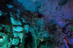 Montaña dentro de la cueva con la iluminación multicolora en Vietnam Imagen de archivo