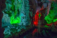Montaña dentro de la cueva con la iluminación multicolora en Vietnam Imágenes de archivo libres de regalías