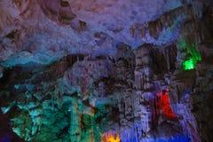 Montaña dentro de la cueva con multicolor Foto de archivo