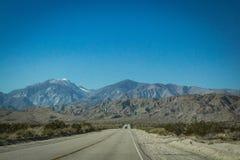 Montaña distante de la carretera fotografía de archivo libre de regalías