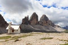 Montaña Drei Zinnen y capilla en las dolomías de Sexten, el Tyrol del sur Imagenes de archivo