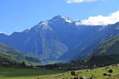Montaña en el camino militar georgiano Imagenes de archivo