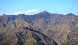 montaña en el contexto del cielo imagenes de archivo