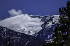 Montaña en el invierno con una cornisa de la nieve foto de archivo