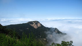Montaña en el mar de nubes Imágenes de archivo libres de regalías