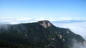 Montaña en el mar de nubes Imagenes de archivo