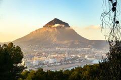 Montaña en la ciudad con una puesta del sol hermosa imagenes de archivo