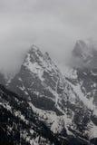 Montaña en la niebla fotos de archivo