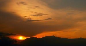 Montaña en la puesta del sol Foto de archivo