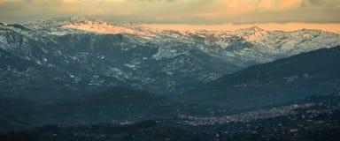 Montaña en la puesta del sol Fotografía de archivo