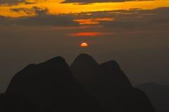 Montaña en la puesta del sol Foto de archivo libre de regalías