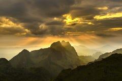 Montaña en la puesta del sol Fotografía de archivo libre de regalías