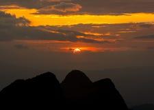 Montaña en la puesta del sol Imagenes de archivo
