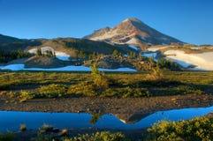 Montaña en la salida del sol Imagenes de archivo