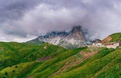 Montaña en las nubes Italia montan@as Imágenes de archivo libres de regalías