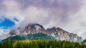 Montaña en las nubes Italia montan@as Imagen de archivo libre de regalías