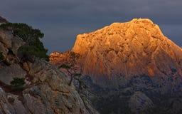 Montaña en luz anaranjada Fotos de archivo libres de regalías