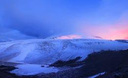Montaña en niebla imagen de archivo libre de regalías