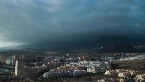 Montaña en nubes sobre lapso de tiempo de los cristianos del los de la ciudad almacen de metraje de vídeo
