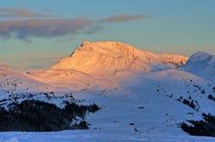 Montaña en puesta del sol fotografía de archivo libre de regalías
