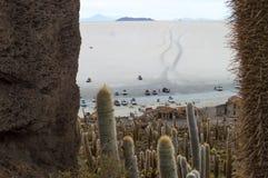 Montaña en Salar de uyuni en Bolivia foto de archivo