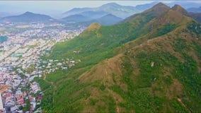 Montaña enorme Ridge de la visión aérea y ciudad moderna grande almacen de metraje de vídeo