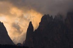 Montaña escarpada en el amanecer Imagen de archivo libre de regalías