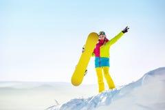 Montaña feliz del top del copyspace del snowboarder de la muchacha Fotos de archivo