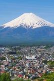 Montaña FUJI con primero plano de la ciudad y el cielo claro agradable Imágenes de archivo libres de regalías