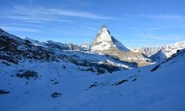 Montaña gigantesca en el invierno Fotos de archivo libres de regalías