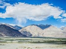 Montaña hermosa cerca de las dunas de arena de Hunder Imágenes de archivo libres de regalías
