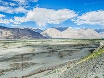 Montaña hermosa cerca de las dunas de arena de Hunder Imagen de archivo