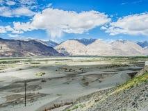Montaña hermosa cerca de las dunas de arena de Hunder Fotos de archivo libres de regalías
