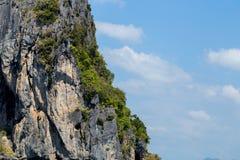 Montaña hermosa con el cielo azul brillante Fotografía de archivo