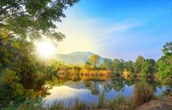 Montaña hermosa de la luz de la mañana de la luz del sol del cielo azul del paisaje Imagenes de archivo