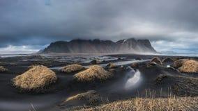 Montaña hermosa de Vesturhorn y dunas de arena negras en Islandia Imagen de archivo