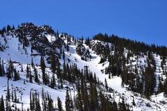 Montaña hermosa del cielo azul Fotografía de archivo
